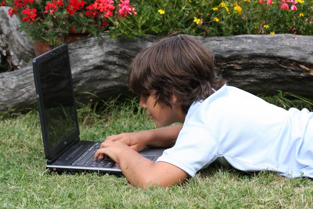 パソコンをいじる少年